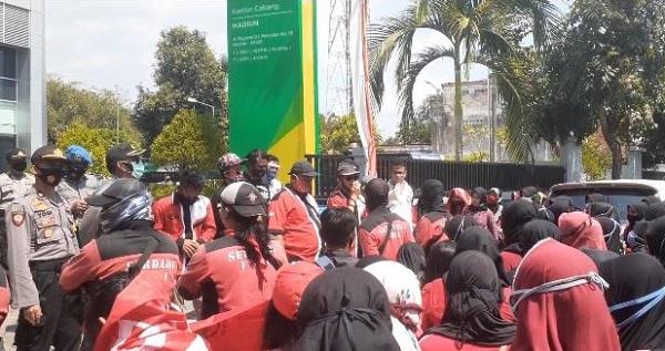 Ratusan Buruh Pabrik Bh Di Madiun Demo Di Kantor Bpjs Ketenagakerjaan