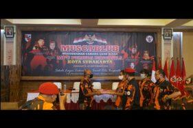 Faisol Rifqi (kiri) dalam Musyawarah Cabang Luar Biasa Pemuda Pancasila Solo di Lawang Djonjieng, Banjarsari, Solo, Minggu (20/9/2020). (Istimewa/Pemuda Pancasila Solo)