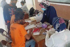 Sejumlah sukarelawan Kecamatan Karangpandan Karanganyar mengikuti pemeriksaan VCT HIV dan Tb-Paru di Terminal Mbangun Makutarama pada Sabtu (26/9/2020). (Istimewa/Rendan Indonesia)