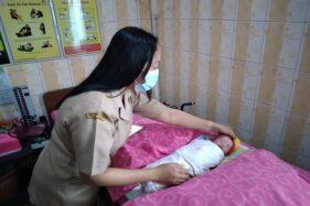 Bidan di Banyudono, merawat bayi laki-laki yang ditemukan warga di sebuah gorong-gorong, Senin (28/9/2020). (Solopos/Bayu Jadmiko Adi)