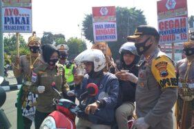 Aksi Unik Polisi Sukoharjo, Dandan Ala Tokoh Wayang Dan Bakul Jamu Saat Bagi-bagi Masker