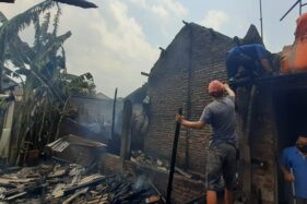 Petugas pemadam kebakaran memadamkan api di rumah warga di RT 014/RW 007, Desa Pagotan, Kecamatan Geger, Kabupaten Madiun, Minggu (20/9/2020). (Abdul Jalil/Madiunpos.com)