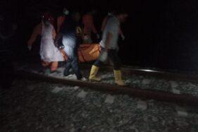 Sejumlah sukarelawan di Kabupaten Karanganyar membantu polisi mengevakuasi jenazah korban kecelakaan kereta api di Kecamatan Jaten, Kabupaten Karanganyar pada Sabtu (26/9/2020). (Istimewa)