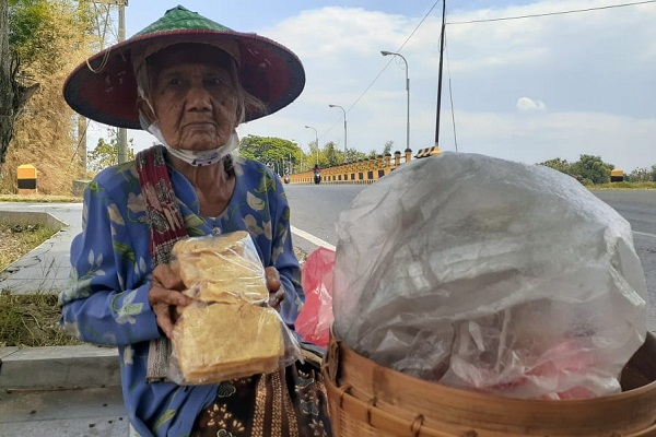 Hidup Sebatang Kara, Mbah Riyem Jalan Kaki Berjualan Kerupuk Sejak 1969