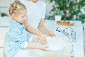 Tak Usah Ragu, ini Alasan Orang Tua Harus Melatih Anak Bantu Pekerjaan Rumah