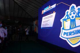 Bupati Karanganyar, Juliyatmono (kiri) meluncurkan logo baru Persika Karanganyar di Pendapa Rumah Dinas Bupati, Selasa (22/9/2020) malam.