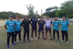 Dua pemain Persis Solo berkumpul dengan tim pelatih jelang persiapan menuju Liga 2. (Solopos/Chrisna Chanis Cara)
