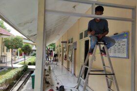 Pekerja tengah mengerjakan barrier di depan ruang isolasi tambahan yang sedang dipersiapkan di RSUD dr Soediran Mangun Sumarso Wonogiri pada, Senin (28/9/2020). Penambahan dilakukan karena ruang isolasi untuk pasien positif Covid-19 penuh. (Solopos/M. Aris Munandar)