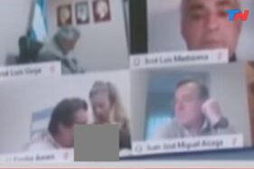 Tangkapan layar anggota parlemen mesum saat rapat online. (Istimewa/Youtube/Todo Noticias)