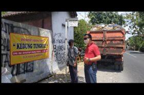 Petugas DLH Kota Solo memastikan semua sampah TPS sudah diangkut di Kelurahan Mojosongo, Jebres, Solo, Jumat (25/9/2020). (Istimewa/Henoch Sadono)