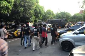 Sejumlah orang yang ditangkap polisi dari kerumunan massa di kawasan SPBU Manahan Solo dibawa ke Mapolresta, Kamis (24/9/2020). (Solopos/Ichsan Kholif Rahman)