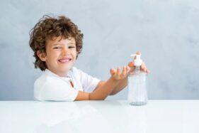 Ilustrasi penggunaan hand sanitizer pada anak (Freepik).