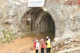 Bupati Karanganyar, Juliyatmono, ketika memeriksa proyek Waduk Jlantah, Jatiyoso, Karanganyar beberapa waktu lalu. (Istimewa/ Tegar Tuangga)