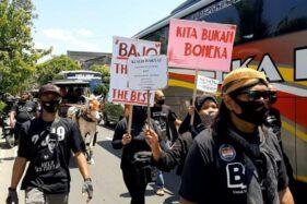 Pendukung Bajo membawa poster