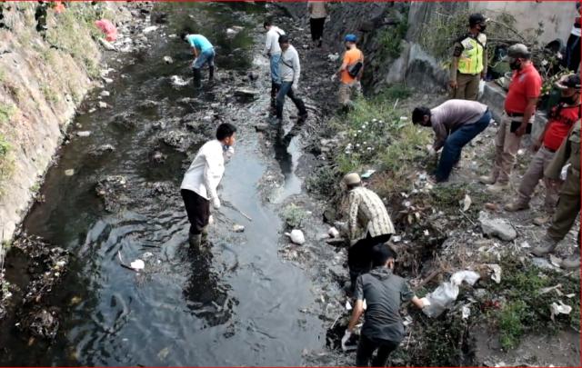 Cerita Ojol Dihukum Bersihkan Sungai Gegara Tak Pakai Masker di Solo: Malunya Minta Ampun!
