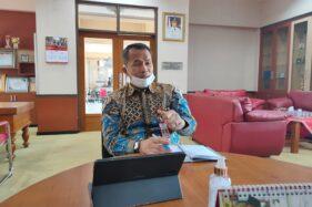 Bupati Wonogiri, Joko Sutopo, memberi keterangan ihwal pembelajaran tatap muka kepada wartawan di ruang kerjanya, Jumat (20/9/2020). (Solopos/Rudi Hartono)