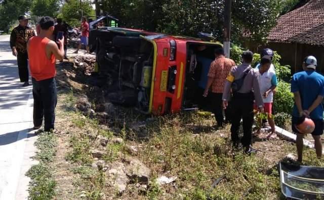 Minibus Terguling di Gemolong Sragen, 1 Orang Meninggal Tergencet