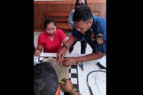 Warga Pucangsawit, Jebres, Solo, Ratna M, lega setelah cincin di jari tangannya berhasil dilepaskan petugas Damkar Solo, Sabtu (26/9/2020) siang. (Istimewa)