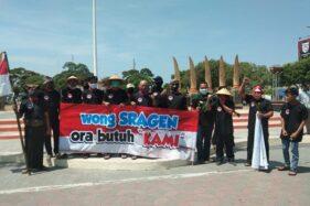 Sejumlah aktivis LSM Drajat membentangkan spanduk berisi penolakan berdirinya KAMI di Sragen dalam aksi damai di Alun-Alun Sasana Langen Putra Sragen, Senin (14/9/2020). (Istimewa/Dok. Sunarto)