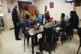 Tangkapan layar video Gubernur Jateng, Ganjar Pranowo, memarahi ASN Pemprov Jateng di Kantin DPRD Jateng, Senin (21/9/2020). (Twitter @Gus_Raharjo)