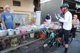 Gubernur Jateng, Ganjar Pranowo, mengingatkan seorang pemilik warung makan di Semarang agar menerapkan protokol kesehatan, Rabu (23/9/2020). (Istimewa-Humas Pemprov Jateng)