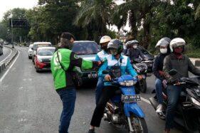 Mitra Gojek Soloraya melakukan aksi simpatik bagi-bagi masker dan flyer berisi ajakan aman menggunakan jasa para ojek online di masa pandemi Covid-19 di berbagai tempat. (Istimewa/Mitra Gojek Soloraya)