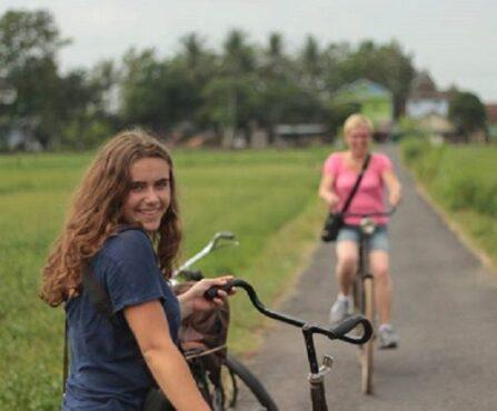 Bule perempuan bersepeda di Towilfiets, Kulonprogo (Instagram/@nggesut).