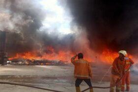 Petugas pemadam kebakaran Satpol PP Karanganyar memadamkan api di gudang plastik di Sroyo RT 008/ RW 009, Jaten, Karanganyar Rabu (23/9/2020). (Istimewa/ Damkar Karanganyar)