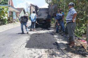 Rekanan memperbaiki kerusakan jalan Sambi-Jambeyan-Sukorejo Sragen pada Kamis (24/9/2020) pagi. (Istimewa-DPUPR Sragen)