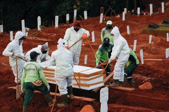 Pemakaman jenazah korban Covid-19. (Reuters)
