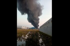 Asap hitam membubung tinggi dari salah satu pabrik di wilayah Desa Telukan, Grogol, Sukoharjo, Kamis (17/9/2020) sore. (Istimewa/Heri Priyatmoko)