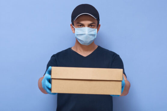 Padahal dengan menggunakan jasa pengiriman paket, kita juga perlu memastikan barang yang diterima tetap bersih. (ilustrasi / Freepik)