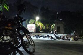 Aparat keamanan klekaran di Plaza Manahan Solo seusai patroli antisipasi aksi hitamkan Solo, Selasa (22/9/2020). (Solopos/Nicolous Irawan)