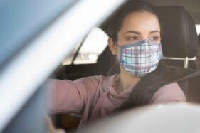 Ilustrasi pemakaian masker di mobil (Freepik).
