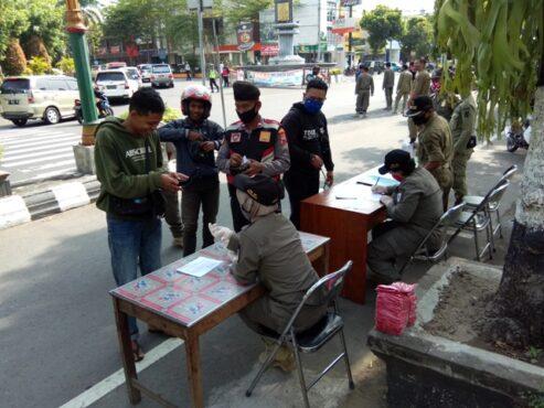 Petugas mendata warga saat digelar operasi gabungan di sekitar simpang tiga Tugu Adipura Klaten, Kamis (3/9/2020). (Solopos-Taufiq Sidik Prakosa)