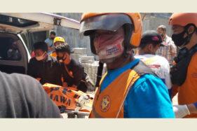 Tim SAR Sukoharjo mengevakuasi jasad  Arida Buana, 43, yang meninggal tersetrum di Perumahan Green Villa Kudu, Baki, Sukoharjo, Rabu (30/9/2020). (Solopos.com-Indah Septiyaning W.)