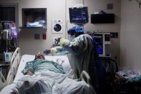 Tenaga medis menangani pasien Covid-19. (Reuters)