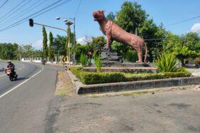 Patung macan di pertigaan Nambangan, Selogiri, Wonogiri. Foto diambil Selasa (22/9/2020). (Solopos/Rudi Hartono)