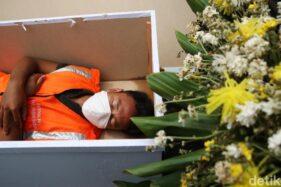 Warga Jakarta yang tak memakai masker diberi sanksi unik tidur di peti jenazah (detik.com)