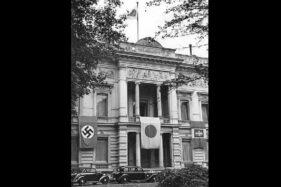 Bendera Jerman, Jepang, dan Italia dikibarkan berurutan di Kedubes Jepang di Berlin, Jerman, September 1940. (Wikimedia.org)