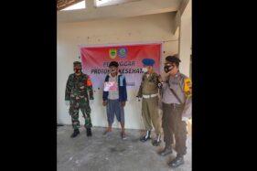 Pelanggar protokol kesehatan yang terjaring operasi masker mendapatkan sanksi sosial melafalkan Pancasila di Polokarto, Sukoharjo, Selasa (22/9/2020). (Istimewa/Satpol PP Sukoharjo)