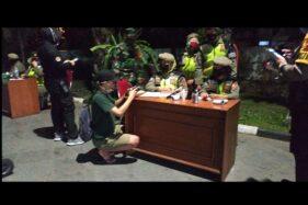 Petugas mendata warga yang terjaring razia yustisi masker di Plaza Manahan, Solo, Selasa (22/9/2020) malam. (Solopos/Ichsan Kholif Rahman)