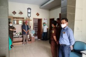 Tim dari Kejari Sukoharjo mendatangi rumah korban pembunuhan satu keluarga di Duwet, Baki, Sukoharjo, Selasa (22/9/2020). (Istimewa)