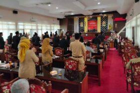 Hadirin memberi tepuk tangan meriah sambil berdiri untuk Ketua DPRD Wonogiri, Setyo Sukarno, menjelang penutupan sidang paripurna di Kantor DPRD, Senin (21/9/2020). (Solopos-Rudi Hartono)