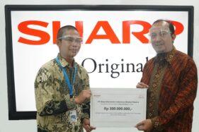 Penyerahan donasi secara simbolis oleh  National Sales Sr. General Manager PT Sharp Electronics Indonesia, Andry Adi Utomo (kanan). (istimewa)