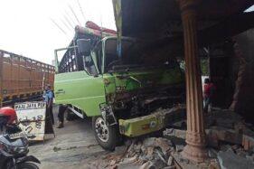 Truk berpelat nomor polisi AD 1349 DH ringsek usai menabrak warung makan di Jl. Sumpah Pemuda, Mojosongo, Jebres, Solo, Rabu (23/9/2020). (Solopos-Nicolous Irawan)