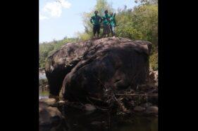 Warga berdiri di atas Watu Suye di dasar Sungai Cemoro, Dukuh Ngrukun, Desa Krikilan, Kalijambe, Sragen. (Istimewa/Dok. Jumanto)