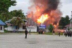 Aparat Polres Keerom dibantu BKO Brimob dan Sabhara Polda Papua mengamankan lokasi pembakaran Kompleks Kantor Bupati Keerom, Papua, Kamis (1/10/2020). (Antaranews.com/Humas Polda Papua)