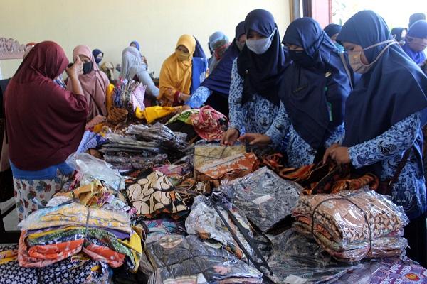 Hari Batik di Tengah Pamdemi, Pengusaha Sragen Obral Dagangan