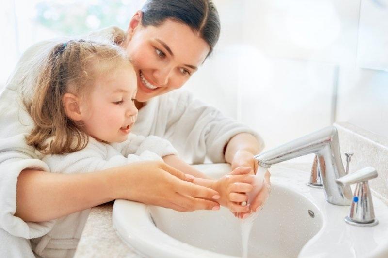 Ajari anak mencuci tangan dengan sabun untuk mencegah Covid-19. (Antaranews.com)